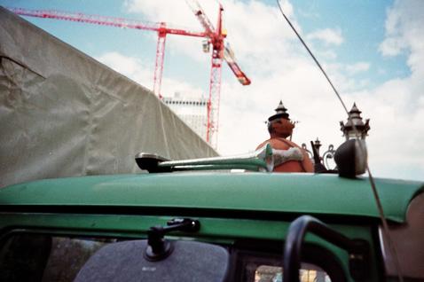 Mann auf Dach - (CC) Bildbunt